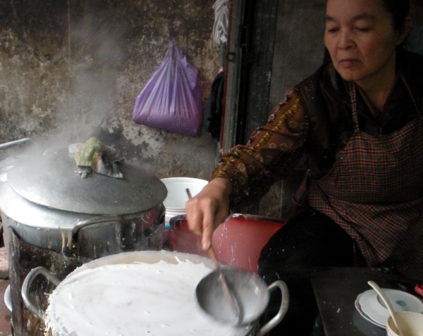 Bibliocook.com - Hanoi street food - making Banh Cuon (steamed rice rolls)