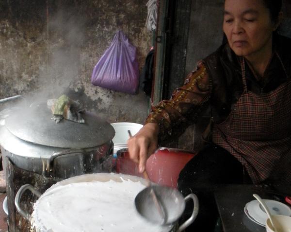 Bibliocook.com - Hanoi street food - making Banh Cuon (steamed rice rolls)